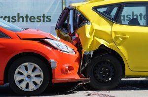 שתי מכוניות בתאונה