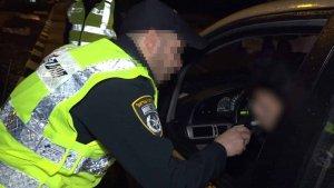 שוטר עם אפוד זוהר מבצע בדיקת שכרות